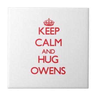 Mantenga tranquilo y abrazo Owens Teja