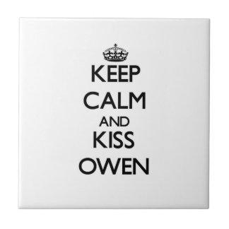 Mantenga tranquilo y beso Owen Azulejo