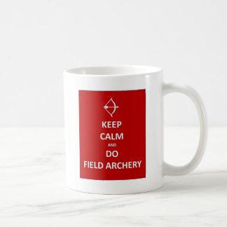 mantenga tranquilo y coloque archery.jpg taza clásica