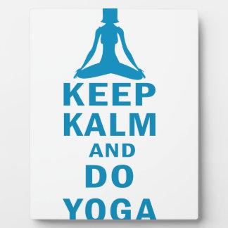mantenga tranquilo y haga la yoga placa expositora