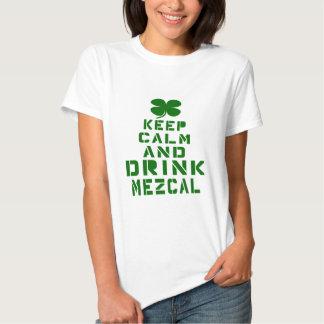 Mantenga tranquilo y la bebida Mezcal. Camisas