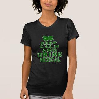Mantenga tranquilo y la bebida Mezcal. Camiseta