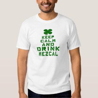 Mantenga tranquilo y la bebida Mezcal. Camisetas