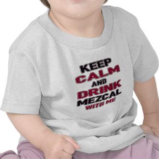 Mantenga tranquilo y la bebida Mezcal conmigo Camiseta