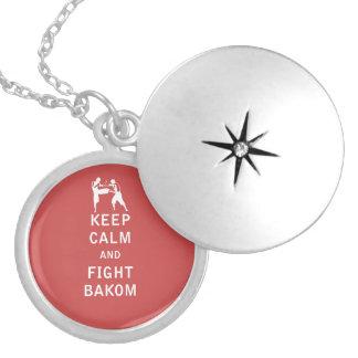 Mantenga tranquilo y lucha Bakom Medallones