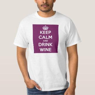 Mantenga vino tranquilo y de la bebida camiseta