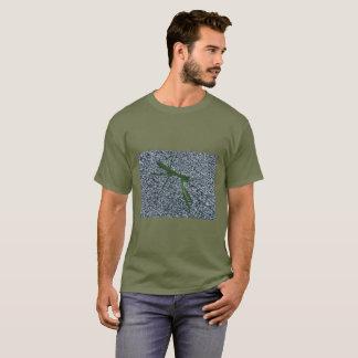Mantis religiosa que camina en las camisetas de la