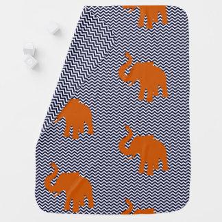 Mantita Para Bebé Elefante anaranjado con el fondo azul del zigzag