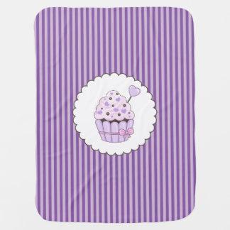 Mantita Para Bebé Magdalena linda con el fondo rayado púrpura