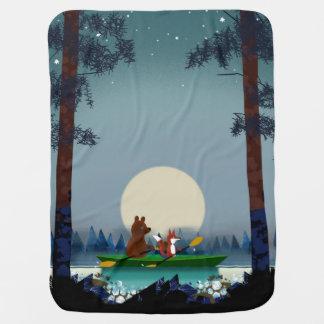 Mantita Para Bebé Oso y Fox kayaking en un río salvaje del bosque