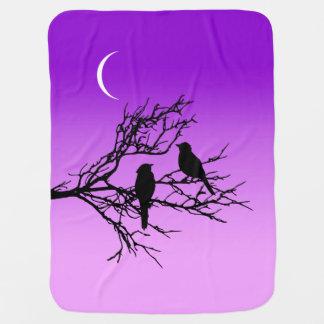 Mantita Para Bebé Pájaros en una rama, negra contra la púrpura