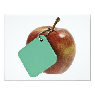 Manzana roja con la etiqueta verde invitacion personalizada