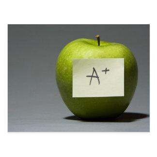 Manzana verde con la nota adhesiva con la letra A Postal