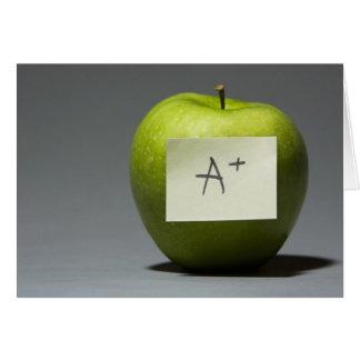 Manzana verde con la nota adhesiva con la letra A Tarjeta
