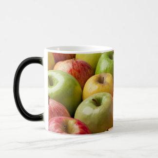 Manzanas - maduras y coloridas taza mágica