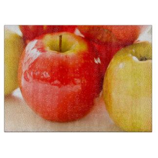 Manzanas rojas y amarillas tabla de cortar