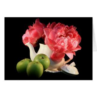 Manzanas y tarjetas de felicitación verdes de los