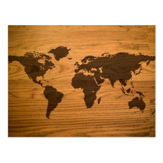 Mapa del mundo en el grano de madera postal