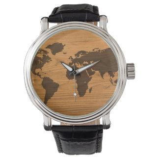 Mapa del mundo en el grano de madera relojes