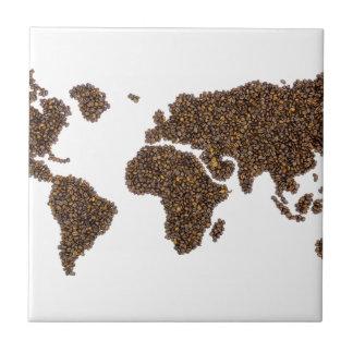Mapa del mundo llenado de los granos de café azulejo de cerámica