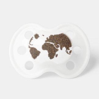Mapa del mundo llenado de los granos de café chupete