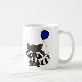 Mapache divertido que sostiene el globo taza de café