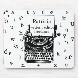 Máquina de escribir del vintage con las letras de alfombrilla de ratón