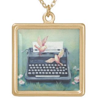 Máquina de escribir y collar del encanto de los