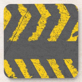 Marca de camino amarilla apenada Grunge Posavasos