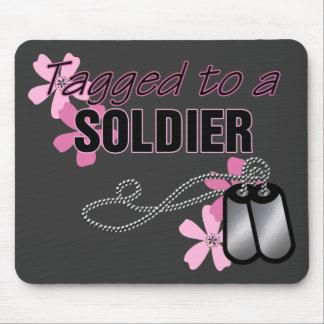 Marcado con etiqueta a un soldado tapete de ratón