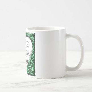 Marco cuadrado verde con la abertura del corazón taza clásica