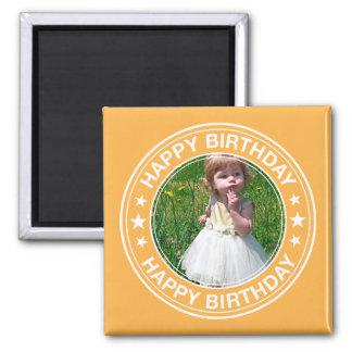 Marco del feliz cumpleaños en amarillo imán cuadrado