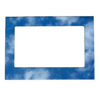 Marco magnético en parte nublado del cielo azul