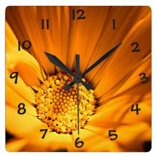 Margarita anaranjada y amarilla reloj cuadrado