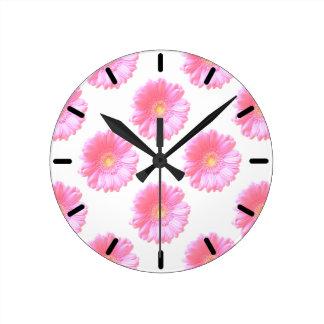 Margarita rosa clara del gerbera reloj redondo mediano
