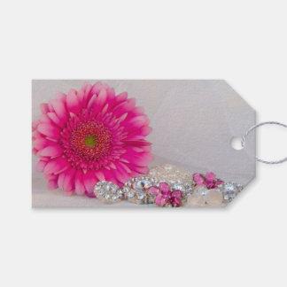 Margarita rosada y botones que casan etiquetas del etiquetas para regalos