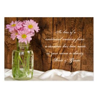 Margaritas del rosa del tarro de albañil que casan tarjetas de visita