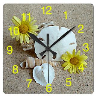 Margaritas y Seashells amarillos en el reloj