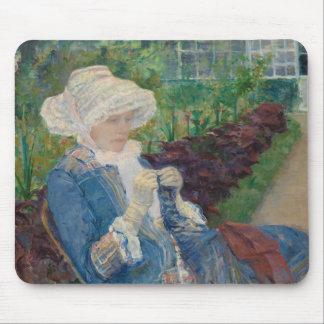 Maria Cassat- Lydia Crocheting en el jardín Alfombrilla De Ratón