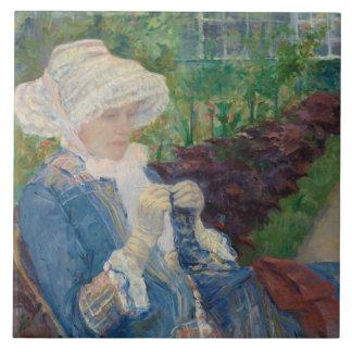 Maria Cassat- Lydia Crocheting en el jardín Azulejo Cuadrado Grande