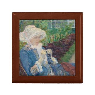Maria Cassat- Lydia Crocheting en el jardín Caja De Regalo