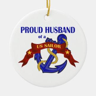 Marido orgulloso de un ornamento del marinero de ornamentos de reyes magos