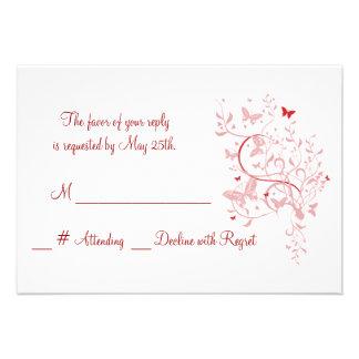 Mariposa color de rosa que casa la tarjeta de RSVP Anuncio