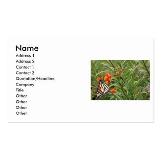 Mariposa de monarca en la planta anaranjada roja d tarjetas de visita