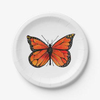 Mariposa de monarca en las placas de papel plato de papel