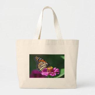 Mariposa de monarca en una flor rosada bolso de tela gigante
