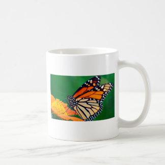 Mariposa de monarca hermosa taza de café