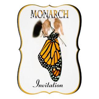 Mariposa de monarca recién nacida con el capullo -