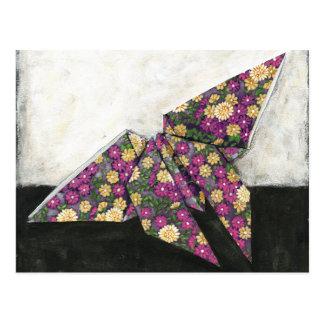 Mariposa de Origami en el papel floral Postal