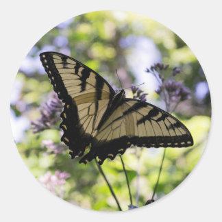Mariposa del tigre en un pegatina de la flor